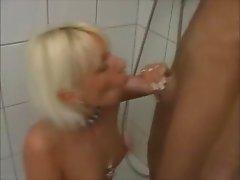 Blowjob unter der Dusche