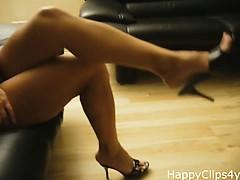 Amazing MILF legs and slipper dangling