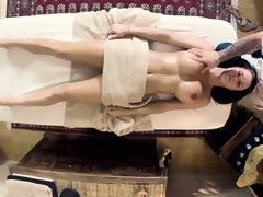 Peta Jensen fell in enjoy with her tatted rubdown doc and asked him to penetrate her