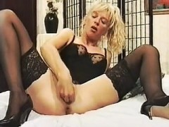 Mature woman opening her pussy wit Pa from 1fuckdatecom
